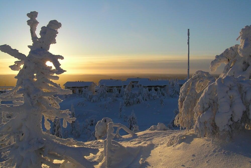 Blick auf die eingeschneiten Fjell-Top Cottages in Iso Syöte