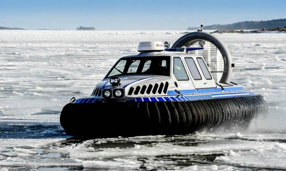 Das Luftkissenboot bringt Sie über das zugefrorene Meer vor Helsinki.