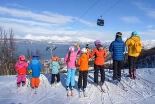 Family experiences-skiing-copyright-Rune-Dahl-visitnarvik.com-Narvikfjellet-AS