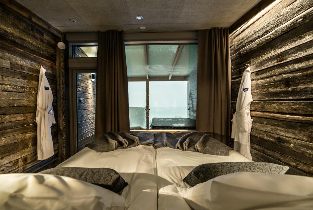 Hotel-Iso-Syöte_Aurora-View-Suites-bed-towards-window_1000
