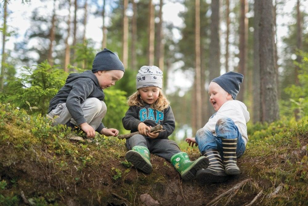 Kinder spielen in der Natur in Liminka
