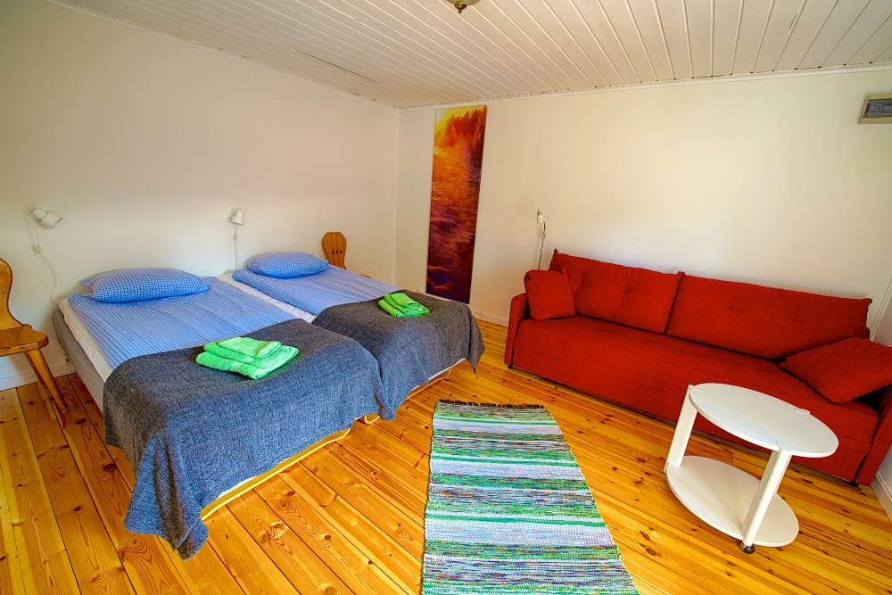 Schlafzimmer einer Sörbyn Lodge Blockhütte
