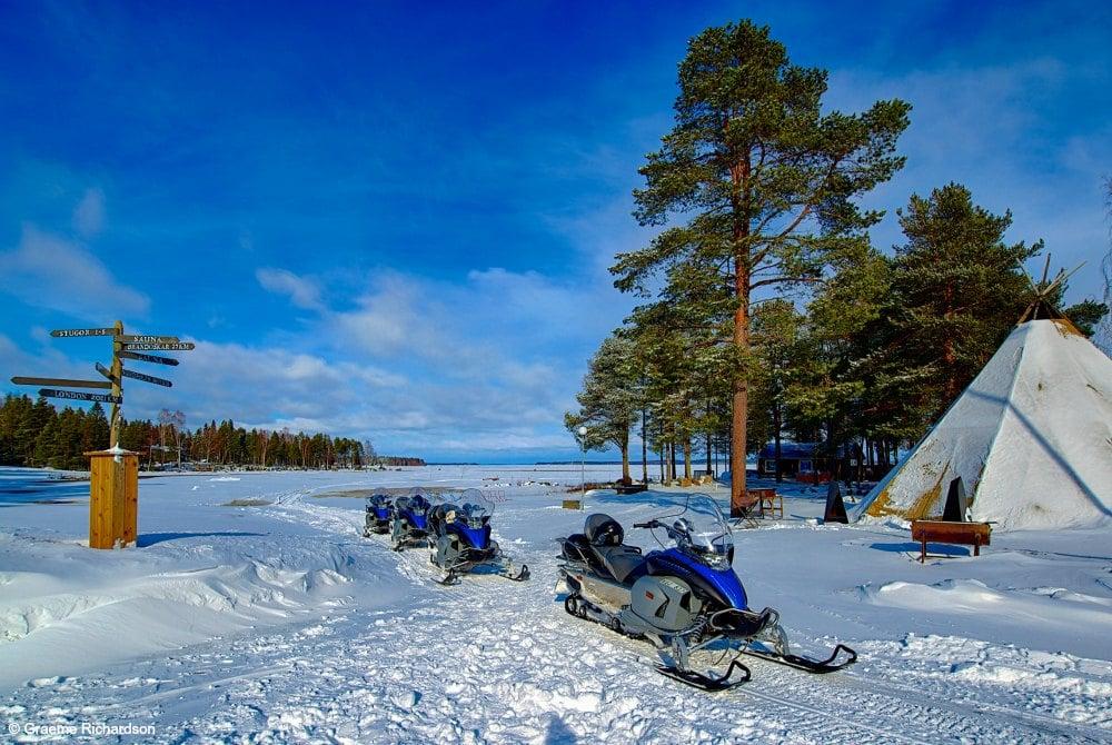 Blick auf das gefrorene Meer von der Brändön Lodge