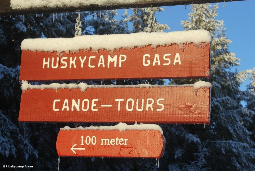 Eingangsschild am Huskycamp Gasa