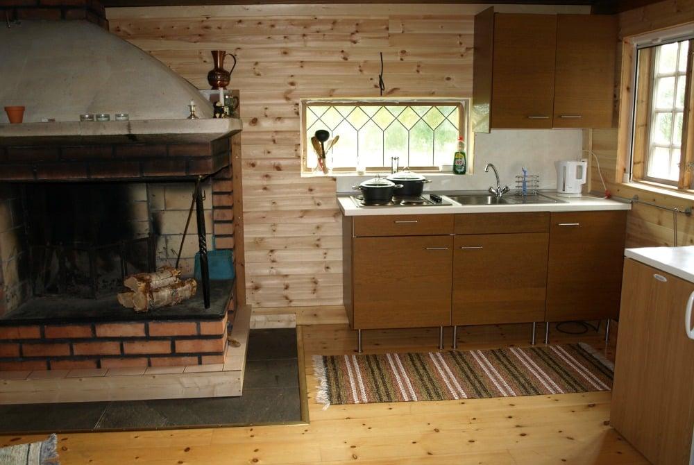Küche und Kamin in einem Trollforsen Ferienhaus