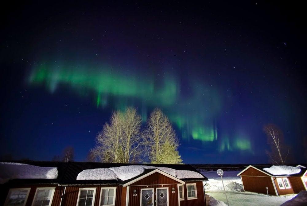 Nordlichter über der Norrsken Lodge