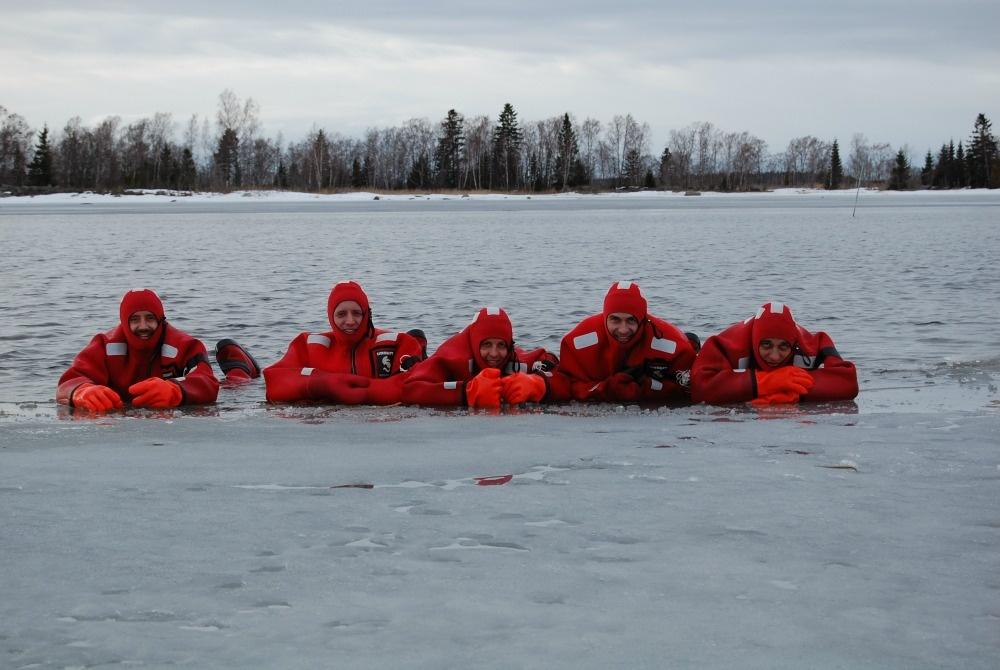 away tourism on the rox schwimmen in überlebensanzügen