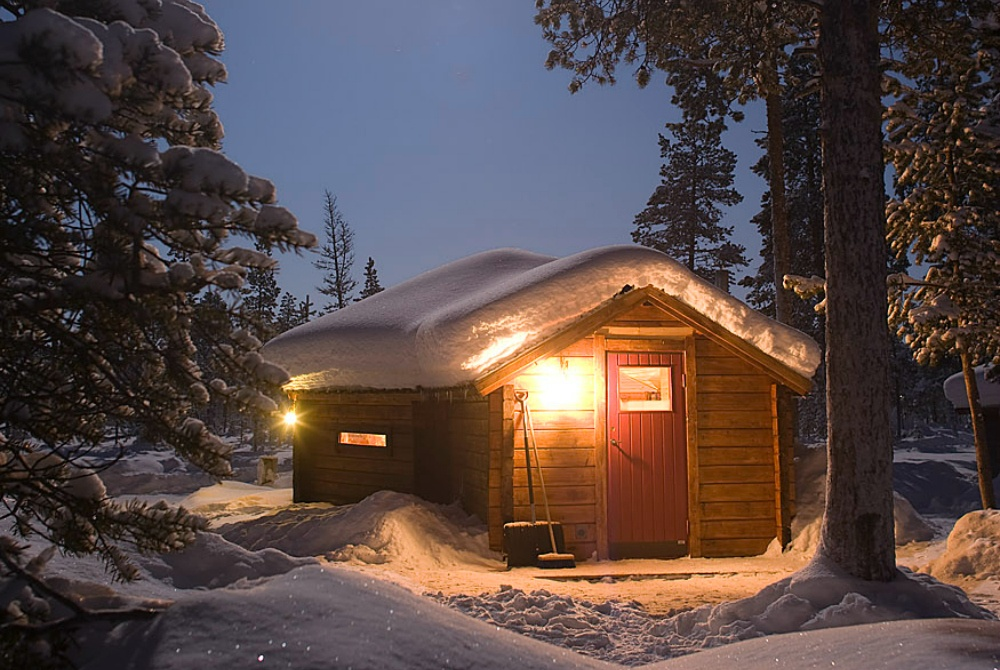 Nutti-Sámi-Siida_ExAuWiLa-Reindeer-Lodge-with-moon-Peter-Rosén