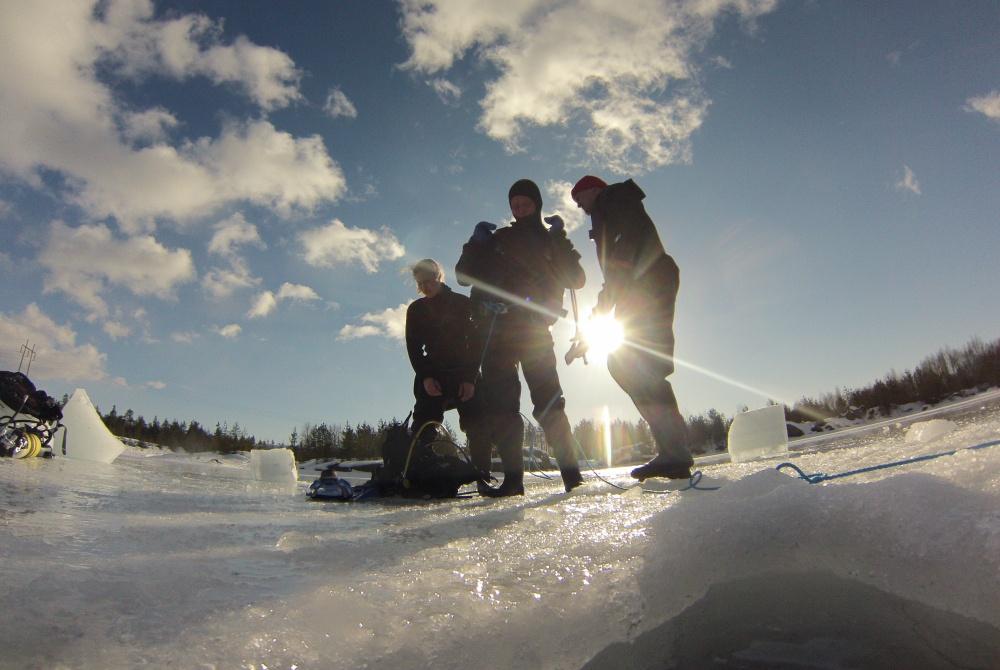 Oulun Sukelluskeskus Winteraktivwoche Eistauchen