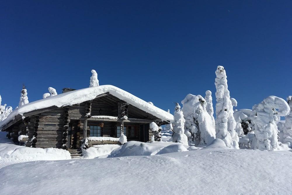 Schneebedeckte Hütte in Finnland