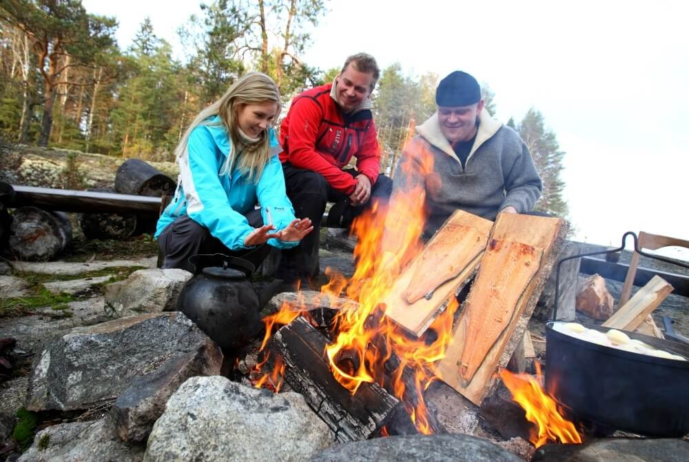 goSaimaa_Outdoor-meal-by-fire