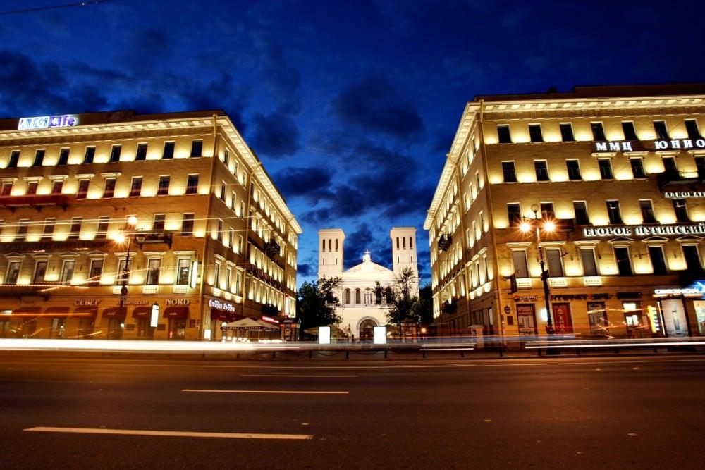 St. Petersburg beleuchtete Einkaufsstraße
