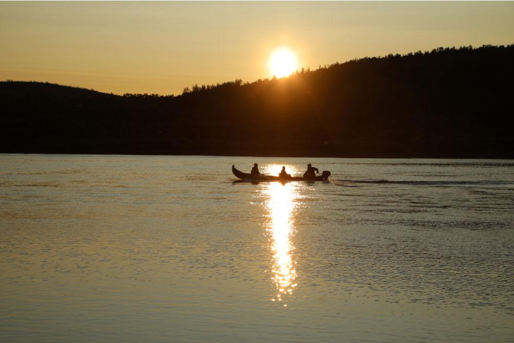 VAE_summer 1_Nuorgam Holiday Village_midnight canoeing